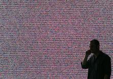 <p>Les menaces de sécurité sur les appareils mobiles ont significativement augmenté l'année dernière avec l'envolée des ventes de smartphones et de tablettes multimédia, qui offrent aux pirates l'opportunité d'étendre leurs activités, selon l'éditeur de logiciels de sécurité McAfee. /Photo d'archives/REUTERS/Hannibal Hanschke</p>