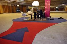 """<p>""""Super candidat"""" autoproclamé à la recherche d'un emploi, Alain Gutton, un quadragénaire au chômage depuis sept mois, a organisé mardi son propre salon de l'emploi dans un hangar d'exposition des portes de Paris. /Photo prise le 8 février 2011/REUTERS/Philippe Wojazer</p>"""