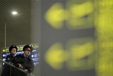 <p>Сотрудники МВД в аэропорту Домодедово, 24 января 2010 года. Главный контролер за безопасностью на российском транспорте, прославившийся ездой с мигалкой по встречке, уволился после того как Минтранс назначил его ответственным за атаку смертника в Домодедово. REUTERS/Denis Sinyakov</p>