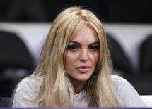 <p>Lindsay Lohan ao lado da quadra antes do jogo de basquete da NB entre o New York Knicks ae o Los Angeles Lakers, em Los Angeles. A atriz será acusada formalmente de roubar um colar de ouro avaliado em 2.500 dólares de uma joalheria de Los Angeles, afirmaram os promotores locais na terça-feira. 09/01/2011 REUTERS/Lucy Nicholson/Arquivo</p>