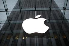 <p>Apple a démarré la production d'une nouvelle version de sa tablette multimédia iPad, un appareil plus fin et plus léger, selon le Wall Street Journal. /Photo d'archives/REUTERS/Mike Segar</p>