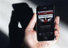 <p>L'application de confession disponible pour l'iPhone. Le porte-parole du Vatican estime que les catholiques ne peuvent pas se confesser via le combiné d'Apple et que la technologie ne pourra jamais se substituer à l'absolution accordée par un prêtre à un pécheur. /Photo prise le 9 février 2011/REUTERS/Tony Gentile</p>