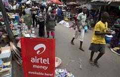 <p>Publicité pour un opérateur mobile dans une rue de Freetown, au Sierra Leone. En Afrique où la plupart des gens ne peuvent accéder à un ordinateur, les opérateurs mobiles voient dans les réseaux haut débit et les appareils associés un vecteur de forte croissance et un moyen de transformer l'économie. /Photo prise le 15 janvier 2011/REUTERS/Simon Akam</p>