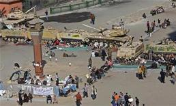 <p>Foto de archivo de un grupo de opositores el Gobierno y tanques del Ejército a la salida del museo egipcio en El Cairo, feb 8 2011. Los tesoros faraónicos de Egipto han sobrevivido los disturbios casi ilesos y el trabajo de restauración comenzó en los pocos artefactos dañados en un asalto al Museo Egipcio, dijo el miércoles el jefe de antigüedades. REUTERS/Asmaa Waguih</p>