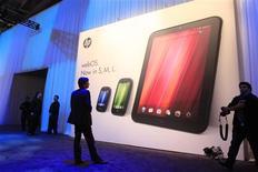 <p>Affiche présentant les nouveaux produits lancés par Hewlett-Packard: les deux smartphones Veer (à gauche) et Pre3 (au centre) et la tablette TouchPad. Grâce à ces trois appareils fonctionnant avec le système d'exploitation mobile webOS de Palm, que HP a racheté l'an dernier, le groupe informatique compte concurrencer Apple. /Photo prise le 9 février 2011/REUTERS/Beck Diefenbach</p>