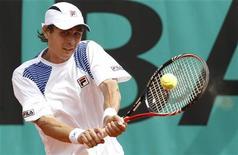 <p>Игорь Куницын во время игры против испанца Фернандо Вердаско, 25 мая 2010 года. Российский теннисист Игорь Куницын не смог пробиться во второй круг турнира San Jose Open. REUTERS/Pascal Rossignol</p>