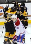 """<p>Игроки """"Бостона"""" празднуют шайбу, заброшенную в ворота """"Монреаля"""", в Бостоне 9 февраля 2011 года. """"Бостон"""" обыграл в ночь на четверг своего главного конкурента за лидерство в Северо-восточном дивизионе - """"Монреаль"""" - со счетом 8-6. REUTERS/Adam Hunger</p>"""