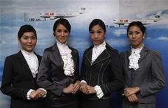 <p>Стюарды-транссексуалы авиакомпании PC Air в офисе в Бангкоке 9 февраля 2011 года. Новая авиакомпания из Таиланда нанимает транссексуалов на должность стюардов, намереваясь стать в этом плане уникальной. REUTERS/Chaiwat Subprasom</p>