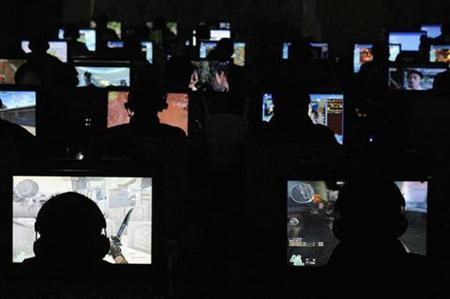 People use computers at an Internet cafe in Taiyuan, Shanxi province, November 13, 2009. REUTERS/Stringer