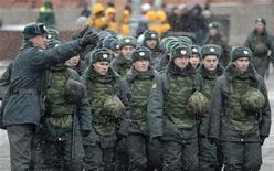 <p>Отряд милиции на Красной площади в Москве, 18 декабря 2010 года. Президент Дмитрий Медведев распорядился увеличить штат транспортной милиции, который сам же и сократил прошлым летом, реформируя МВД. REUTERS/Alexander Natruskin</p>