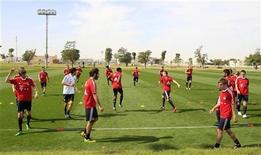 """<p>Игроки """"Баварии"""" на тренировке в Дохе 4 января 2011 года. Представителей лидирующей тройки немецкой Бундеслиги ждут в 22-м туре игры с не самыми сложными соперниками. REUTERS/Fadi Al-Assaad</p>"""