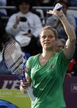 <p>Kim Clijsters comemora vitória contra a estoniana Kaia Kanepi no Aberto de Paris, abrindo caminho para a final contra quarta cabeça de chave, a tcheca Petra Kvitova. 12/02/2011 REUTERS/Regis Duvignau</p>