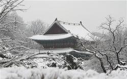 <p>Засыпанный снегом Дворец Чхандоккун в Сеуле, 10 марта 2010 года. Сильнейший с начала века снегопад обрушился на города в восточной части Южной Кореи, в результате чего властям пришлось привлечь около 12.000 военнослужащих к спасательным операциям в регионе. REUTERS/Lee Jae-Won</p>
