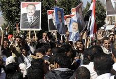 <p>Сторонники и противники правительства Йемена сталкиваются в Сане 13 февраля 2011 года. Сотни противников президента Йемена вступили в понедельник в стычку со сторонниками главы государства, правящего 32 года. События разворачиваются на фоне революции в Египте, где правивший десятилетиями президент ушел в отставку под давлением многодневных манифестаций протеста. REUTERS/Khaled Abdullah</p>