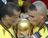 <p>Ao lado de Rivaldo, Ronaldo beija taça da Copa do Mundo de 2002 conquistada pela seleção brasileira REUTERS/Oleg Popov/Arquivo</p>
