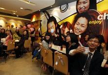 """<p>Друзья и родственники поздравляют Келвина Квонга и Эшли Тсе с помолвкой в ресторане McDonald's в Гонконге День святого Валентина, 14 февраля 2011 года. В известном своим высоким темпом жизни Гонконге молодые пары теперь могут пожениться даже в сети ресторанов McDonald's, который предлагает новую услугу: """"McWeddings"""". REUTERS/Bobby Yip</p>"""