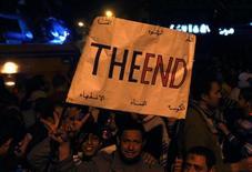 <p>Антиправительственные демонстранты держат плакаты на площади Тахрир в Каире, 11 февраля 2011 года. США, Великобритания и Франция сообщили в понедельник, что Египет попросил их заморозить активы своих бывших политиков, однако в черный список не попал экс-президент Хосни Мубарак. REUTERS/Yannis Behrakis</p>