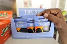 <p>Покупатель берет упаковку презервативов в магазине в Мапуто 19 марта 2009 года. Счастливые обладатели смартфонов теперь смогут без труда найти бесплатные презервативы в Нью- Йорке благодаря специальному приложению. REUTERS/Grant Lee Neuenburg</p>