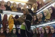 <p>Продавщица показывает хиджабы в магазие в Джакарте 1 сентября 2009 года. Жительницы Индонезии теперь могут насладиться спа-процедурами, не отказываясь от мусульманских ценностей. REUTERS/Crack Palinggi</p>
