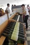 """<p>Вино в магазине в городе Сан-Рафаэль, Аргентина, 14 февраля 2011 года. Сладкое вино Токай Асу, выращиваемое в венгерском регионе Токай и некогда называвшееся """"королем"""" вин, постепенно возвращает себе былую славу. REUTERS/Enrique Marcarian</p>"""