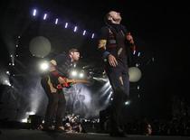 """<p>Foto de archivo de la banda de rock británica Coldplay durante su gira """"Viva La Vida"""" en Bogotá, mar 4 2010. Coldplay encabezará el festival de Glastonbury de este año y se presentará en el escenario principal un sábado por la noche, dijeron el martes los organizadores. REUTERS/John Vizcaino</p>"""