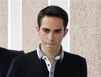 <p>O tricampeão da Volta da França Alberto Contador chega ppara entrevista em estúdio televisivo em Madrid. 15/02/2011 REUTERS/Andrea Comas</p>