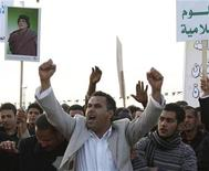 <p>Сторонники действующего лидера Ливии Муаммара Каддафи в Триполи, 13 февраля 2011 года. Протестующая против ареста правозащитника толпа подралась с полицией и сторонниками правительства в ливийском портовом городе Бенгази минувшей ночью, сообщили очевидцы случившегося и местные СМИ. REUTERS/Ismail Zitouny</p>