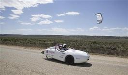 """<p>Автомобиль """"Wind Explorer"""" на дорогах Австралии. Автомобиль, получающий энергию от ветра и иногда перемещающийся при помощи кайтов, проехал более 5.000 километров по дорогам Австралии, помехой ему не стали ни жара, ни холод. REUTERS/www.buckle-up.de/Handout</p>"""
