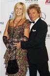 <p>Foto de archivo del cantante Rod Stewart y su esposa, Penny Lancaster, durante el evento benéfico Carousel of Hope en Beverly Hills, oct 23 2010. Rod Stewart y su esposa, Penny Lancaster, dieron la bienvenida a un nuevo hijo, dijo el jueves el sello discográfico del cantante. REUTERS/Fred Prouser</p>