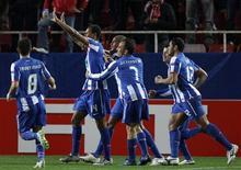 <p>Jogadores do Porto comemoram gol contra o Sevilla pela Liga Europa nesta quinta-feira. REUTERS/Marcelo del Pozo</p>