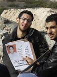 <p>Родственники погибшего в Манаме демонстранта, 18 февраля 2011 года. Полиция обстреляла демонстрантов у Жемчужной площади в столице страны Манаме в пятницу, на следующий день после того как разогнала лагерь протестующих, несколько человек получили ранения, сообщил экс-депутат парламента страны. REUTERS/Hamad I Mohammed</p>