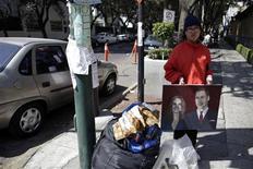 <p>Estibalis Chavez, une Mexicaine de 19 ans, observe une grève de la faim devant l'ambassade de Grande-Bretagne à Mexico, dans l'espoir d'obtenir une invitation au mariage du prince William et de Kate Middleton en avril prochain à Londres. /Photo prise le 17 février 2011/REUTERS/Jorge Dan Lopez</p>