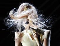 """<p>Lady Gaga apresenta sua nova canção """"Born This Way"""" durante o Grammy Awards, em Los Angeles. 13/02/2011 REUTERS/Lucy Nicholson</p>"""