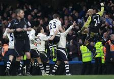 """<p>Игроки """"Эвертона"""" празднуют победный пенальти, забитый в ворота """"Челси"""", в Лондоне 19 февраля 2011 года. Лондонский """"Челси"""" закончил в субботу свое выступление в Кубке Англии, уступив в драматичном поединке 1/16 финала """"Эвертону"""". REUTERS/Eddie Keogh</p>"""