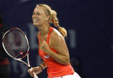 <p>Каролин Возняцки радуется победе над Светланой Кузнецовой в финале турнира Dubai Open в Дубае 20 февраля 2011 года. Датчанка Каролин Возняцки, как и ожидалось, вернула себе место на вершине рейтинга лучших теннисисток планеты по версии WTA, свидетельствует его обновленная версия, опубликованная во вторник. REUTERS/Ahmed Jadallah</p>