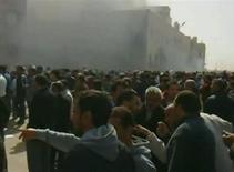 <p>Кадр видеозаписи, на котором видны люди, собирающиеся у горящего здания в Бенгази 20 февраля 2011 года. Десятки человек погибли в ходе антиправительственных демонстраций в Ливии, перекинувшихся из провинции в столицу. Восставшие контролируют уже несколько городов богатой нефтью североафриканской страны, которой более 40 лет руководит Муаммар Каддафи. REUTERS/Youtube via Reuters TV</p>