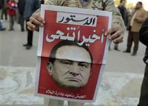 <p>Участник антиправительственной демонстрации держит в руках газету с изображением экс-президента Египта Хосни Мубарака на площади Тахрир в Каире 12 февраля 2011 года. Прокуратура Египта попросила МИД найти возможность заморозить активы экс-президента Хосни Мубарака и его семьи за рубежом. Это может быть признаком того, что получившие власть военные готовы привлечь бывшего лидера к ответственности после 30-лет правления. REUTERS/Dylan Martinez</p>