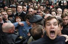 <p>Участники демонстрации в Москве, 31 августа 2010 года. Более трети жителей России верят, что здесь могут произойти такие же массовые волнения, как в Египте, показал опрос, опубликованный в понедельник независимым социологическим Левада-центром. REUTERS/Mikhail Voskresensky</p>