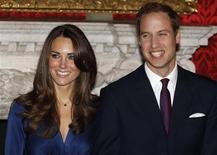 <p>Príncipe William e sua noiva Kate Middleton no palácio St. James, em Londres. Especulações na mídia sugerem que David Beckham e o rei do Barein estarão presentes no casamento, mas não o presidente norte-americano, Barack Obama. 16/11/2010 REUTERS/Suzanne Plunkett/Arquivo</p>