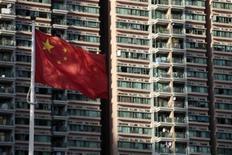 <p>Флаг Китая в Гонконге 30 июня 2010 года. Китаю не грозит судьба ближневосточных государств, потерявших своих авторитарных лидеров в результате народных выступлений, сказал в четверг высокопоставленный политик КНР. REUTERS/Tyrone Siu</p>
