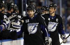 """<p>Игроки """"Тампа Бэй"""" празднуют шайбу, забитую в ворота """"Торонто"""", в Тампе 25 января 2011 года. """"Тампа Бэй"""" крупно обыграла """"Финикс"""" в матче регулярного чемпионата Национальной хоккейной лиги (НХЛ) в ночь на четверг, прервав восьмиматчевую победную серию клуба из Аризоны. REUTERS/Mike Carlson</p>"""