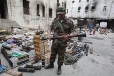 <p>Протестующий держит гранатомет в Бенгази 23 февраля 2011 года. Жители второго по величине города Ливии Бенгази разгромили бараки наемников, нанятых лидером страны Муаммаром Каддафи, для подавления народных волнений, и организовали комитеты для управления городом. REUTERS/Asmaa Waguih</p>