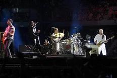 <p>Imagen de archivo de la banda U2 durante una actuación en Ciudad del Cabo. feb 18 2011. El grupo de rock irlandés U2 actuará en el festival de Glastonbury este año, uniéndose a la agrupación británica Coldplay y la cantante estadounidense Beyonce como las principales figuras del espectáculo. REUTERS/Mark Wessels</p>