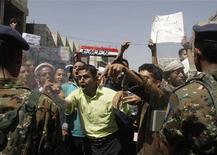 <p>Полиция сдерживает демонстрантов в Сане, 23 февраля 2011 года. Власти Йемена усилили безопасность в столице страны Сане в пятницу перед началом демонстраций противников и сторонников правительства. REUTERS/Khaled Abdullah</p>