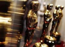 """<p>Foto de archivo de una serie de estatuillas del premio Oscar durante la muestra """"Meet the Oscars"""" en Nueva York, feb 25 2010. Este año, la Academia de las Artes y las Ciencias Cinematográficas ha abastecido sus cuentas de Facebook y Twitter con medios necesarios para que la gente pueda ver la gala de premios de cine más importante del mundo y todas las celebraciones que la rodean. REUTERS/Shannon Stapleton</p>"""