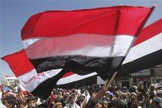 <p>Демонстранты перед университетом Саны 28 февраля 2011 года. Лидеры оппозиции в охваченном восстанием Йемене отвергли предложенный президентом Али Абдуллой Салехом компромисс в виде коалиционного правительства и требуют отставки правящего 32 года главы государства. REUTERS/Khaled Abdullah</p>