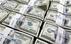 <p>Пачки стодолларовых купюр в офисе Korea Exchange Bank в Сеуле 10 ноября 2010 года. Чтобы стать самым прибыльным фильмом, недостаточно быть просто кассовым. REUTERS/Lee Jae-won</p>