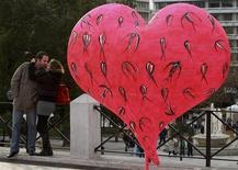 """<p>Пара целуется рядом со скульптурой в форме сердца в Афинах 23 января 2008 года. Родина Сократа, Платона и Аристотеля стала """"городом флирта"""" в современном мире, следует из результатов нового исследования. REUTERS/Yiorgos Karahalis</p>"""