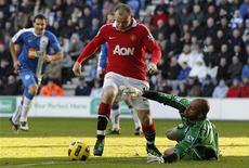 <p>Wayne Rooney, do Manchester United, não receberá suspensão por acertar cotovelada em James McCarthy, do Wigan Athletic. 26/02/2011 REUTERS/Phil Noble</p>