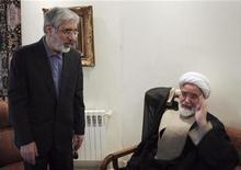 <p>Встреча Мирхоссейна Мусави и Мехди Каруби в Тегеране 12 октября 2009 года. Власти Ирана задержали две главные оппозиционные фигуры в преддверии крупных антиправительственных акций протеста по всей стране, сообщил в понедельник оппозиционный веб-сайт. REUTERS/Stringer</p>